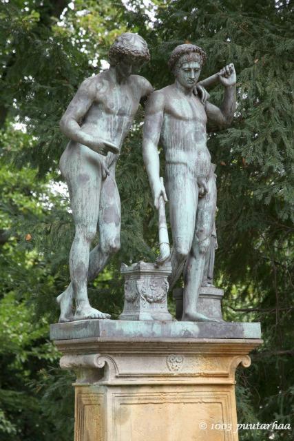 Barokkipuutarhan patsaita
