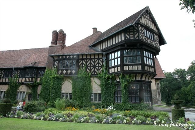 Tudorilainen rakennustyyli muistuttaa myös Saksassa suosittua ristikkotalotyyliä